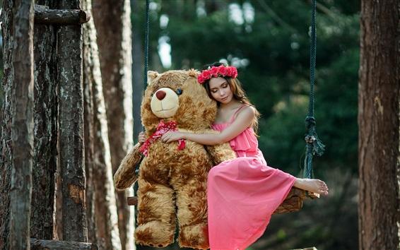 Fond d'écran Fille jupe rose et ours en peluche sur balançoire