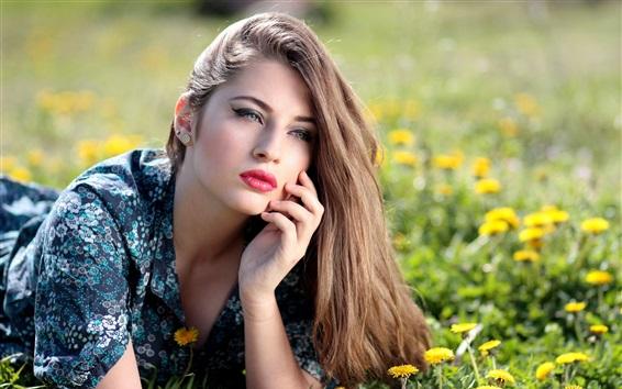 Обои Летняя девушка, каштановые волосы, одуванчики, желтые цветы