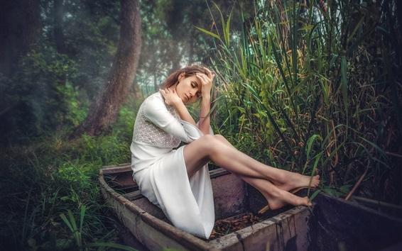 배경 화면 흰 드레스 소녀 보트, 잔디, 나무에 앉아