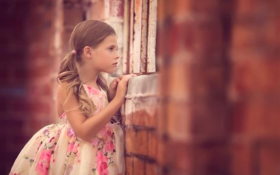 Papéis de Parede Menina linda criança olhar pela janela, saia, verão
