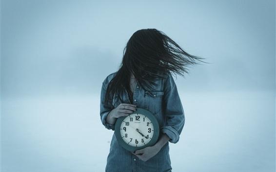 Fondos de pantalla Chica y reloj, viento, pelo volando