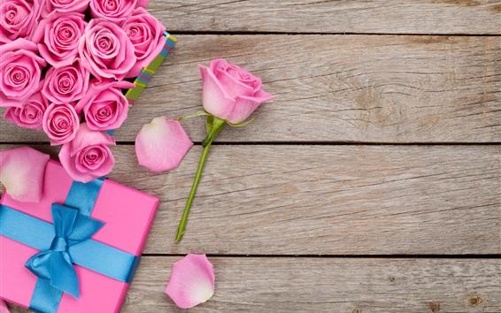 Fond d'écran Roses roses, gouttes d'eau, boîte-cadeau, fond en bois