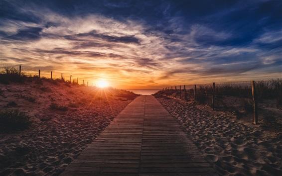 Fond d'écran Coucher de soleil, nuages, chemin en bois, plage, mer