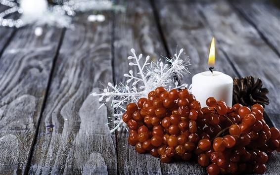 Обои Ягоды, белая свеча, пламя