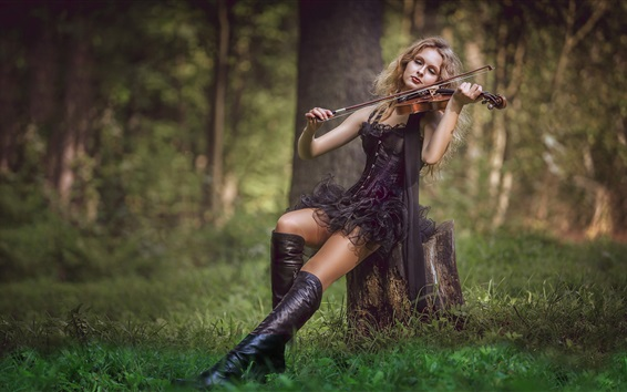 Papéis de Parede Menina saia preta tocar violino na floresta