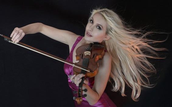 Обои Блондинка играет на скрипке, фиолетовая юбка, черный фон