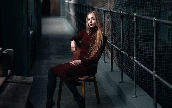 Fond d'écran Fille blonde, pull, chaise