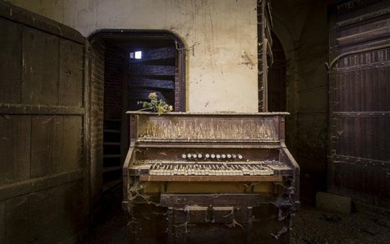 Обои Сломанный пианино, пыль
