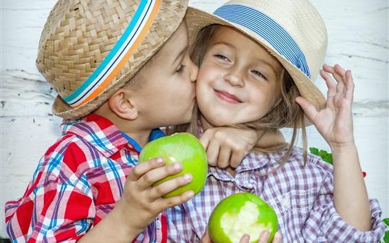 Fond d'écran Enfant, petite fille et petit garçon, embrasse, mange des pommes vertes