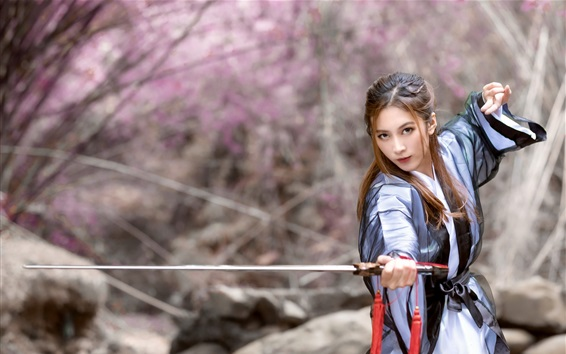 Обои Китайская девушка в стиле ретро использует меч