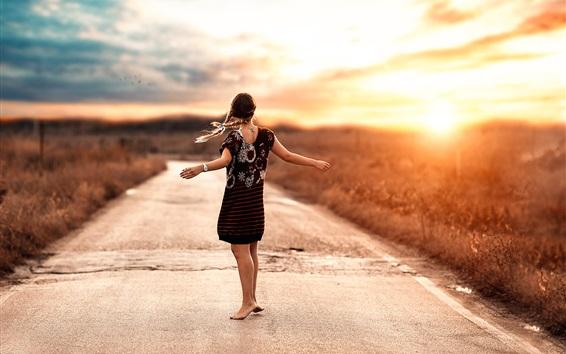 Fond d'écran Danse fille, route, coucher de soleil