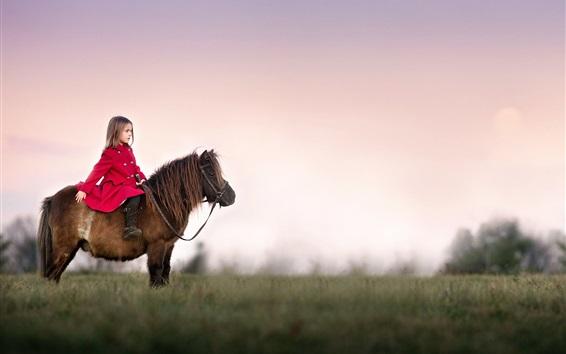 Hintergrundbilder Kleines Mädchen des roten Mantels, ein Pony reitend