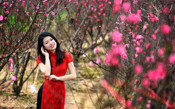 Обои Красная юбка китайская девушка в саду, розовые цветы цветут