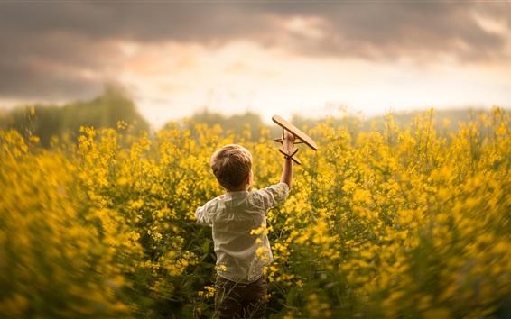 Fond d'écran Enfant, petit garçon joue avion jouet dans le champ de fleurs de colza