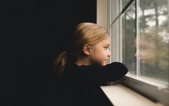 Обои Симпатичная девочка смотрит в окно