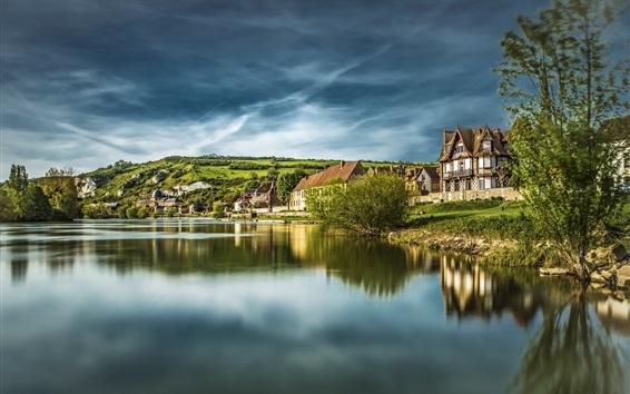 Fond d'écran France, normandie, maisons, lac, collines, nuages