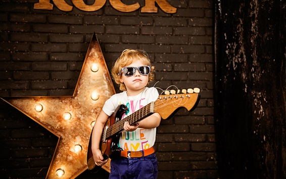 Обои Маленькая звезда, ребенок, играющая на гитаре