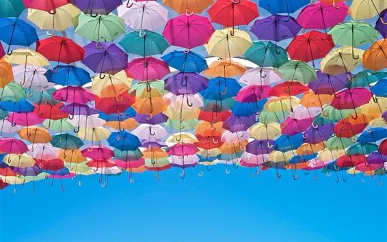 Fond d'écran Parapluies colorés, ciel bleu