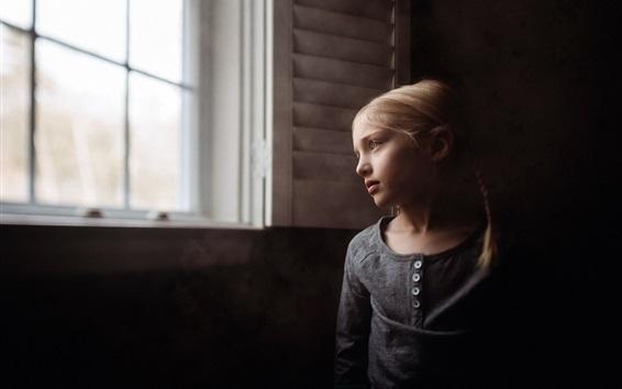 배경 화면 창문에서 귀여운 소녀 모습
