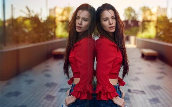 Обои Девушка с длинными волосами, красная одежда, джинсы, зеркало
