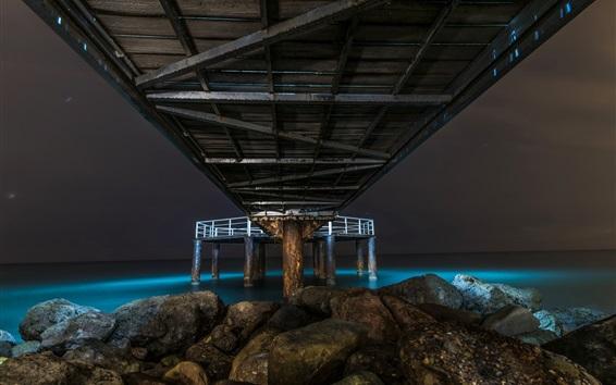 Обои Море, под мост, камни, ночь