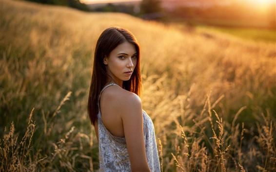 Обои Коричневые волосы девушка оглядывается назад, юбка, трава, лето