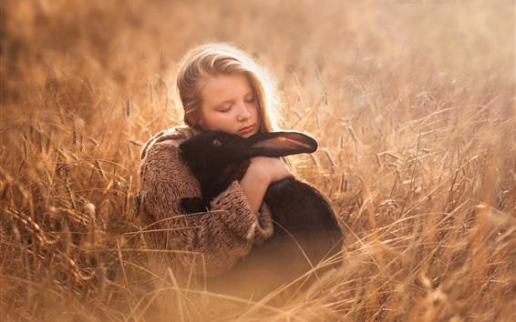 Обои Симпатичная девушка и черный кролик, трава
