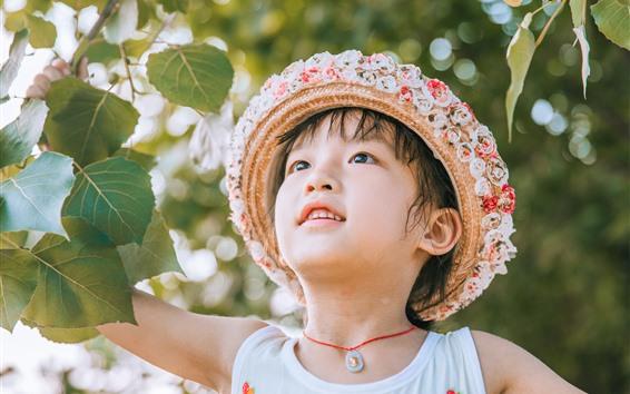 Fond d'écran Jolie petite fille, chapeau, brindilles, feuilles