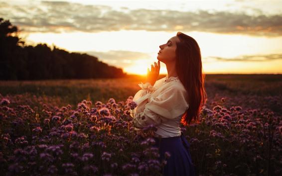 Papéis de Parede Vista lateral de garota, pôr do sol, flores