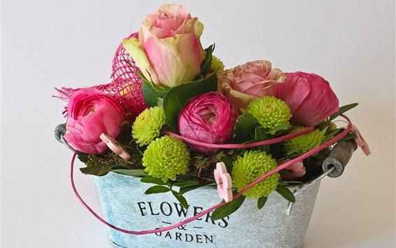 Обои Розовые розы и зеленые цветы, букет