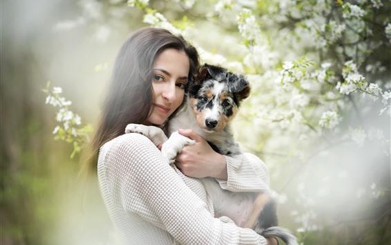 Papéis de Parede Garota de cabelo preto e cachorro, flores, nebuloso
