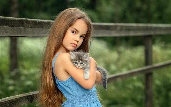 Обои Голубая юбка маленькая девочка и котенок