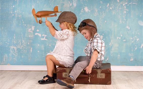 Обои Симпатичная девочка и мальчик играют в игры