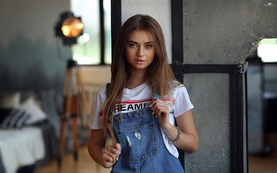 Обои Прекрасная девушка с коричневыми волосами, джинсы