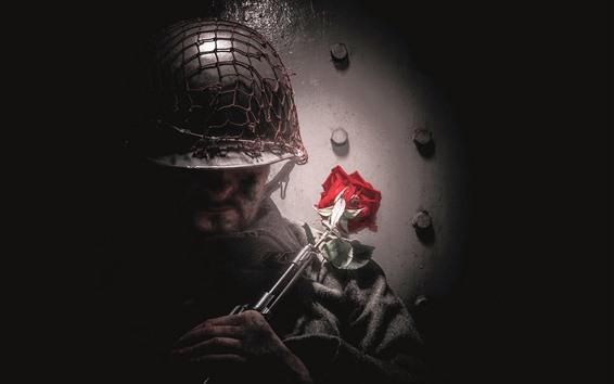 Обои Солдат, винтовка, красная роза