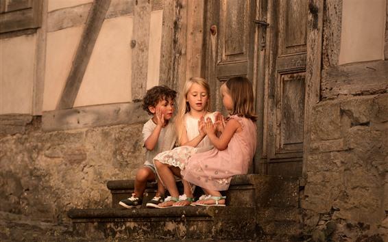 Обои Трое детей играют в игры
