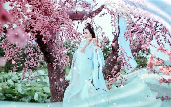 Fond d'écran Belle fille chinoise de style rétro, jupe blanche, flûte, sakura, printemps