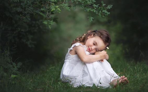 Papéis de Parede Menina bonitinha sentar no chão, saia branca, natureza