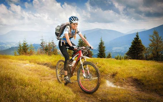 Fond d'écran Fille, vélo, voyage, herbe, arbres, montagnes