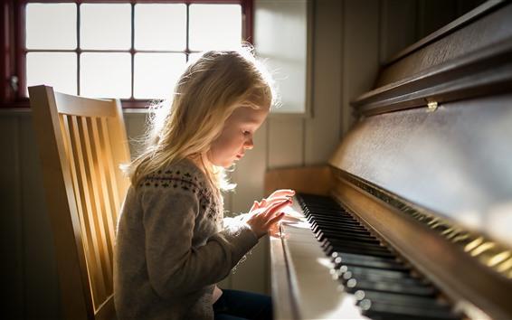 Обои Маленькая девочка играет на пианино
