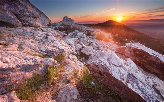 Papéis de Parede Montanhas, pedras, floresta, amanhecer, raios sol, manhã