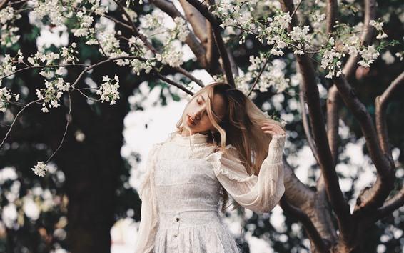 Fond d'écran Robe blanche fille, fleurs, printemps