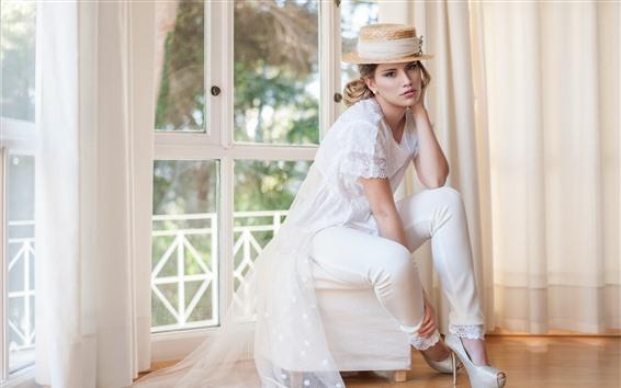 Обои Белое платье девушка, шляпа, блондинка, комната, окно