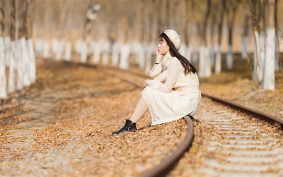 Papéis de Parede Menina asiática, sente-se na ferrovia