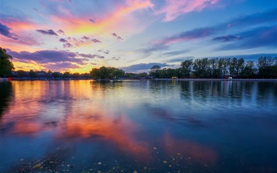 Fondos de pantalla Hermosa puesta de sol, parque, lago, árboles, nubes, China
