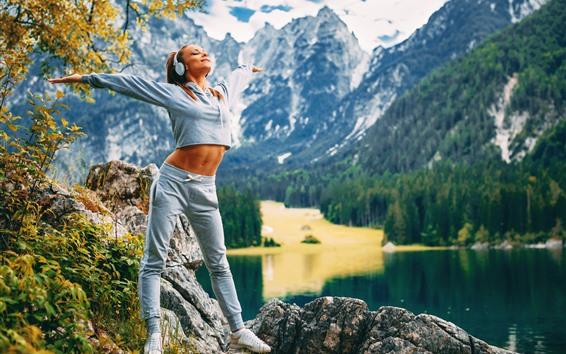 Fondos de pantalla Chica rubia, fitness, auriculares, montañas, lago, mañana