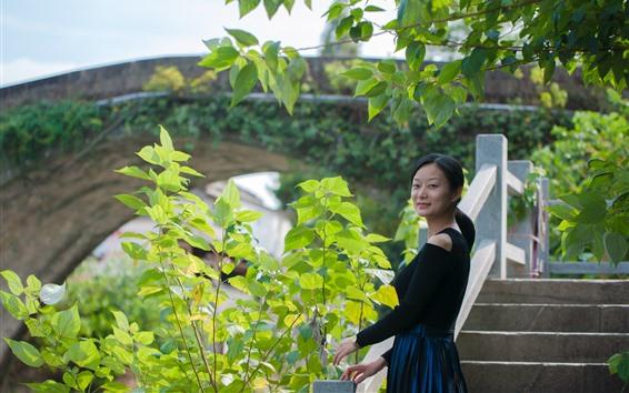 Fondos de pantalla Chica China, sonrisa, mirar hacia atrás, puente, hojas, Parque