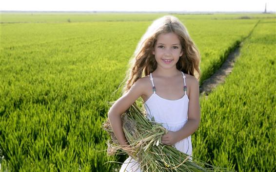 Hintergrundbilder Nettes Lächeln des kleinen Mädchens, grüne Felder