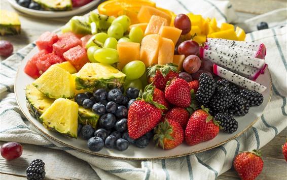 Fond d'écran Tranche de fruits, dessert, fraise, ananas, mangue, myrtille, raisin