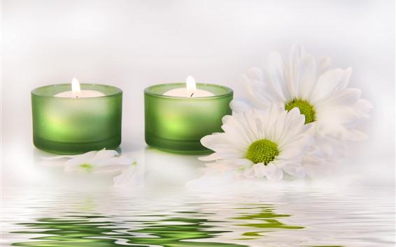 Fondos de pantalla Velas verdes, llama, crisantemo blanco, agua.